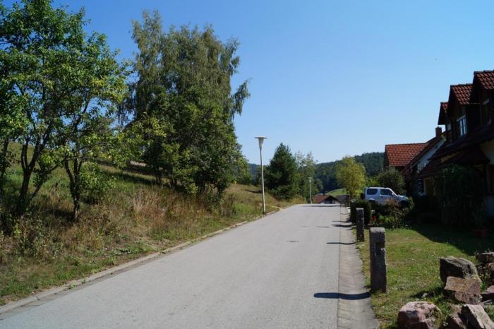"""Blick entlang des Bauplatzes in die Straße """"Alter Müllersacker"""""""