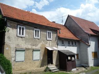 Einsicht in den Innenhof mit Blick auf die beiden Wohnhäuser